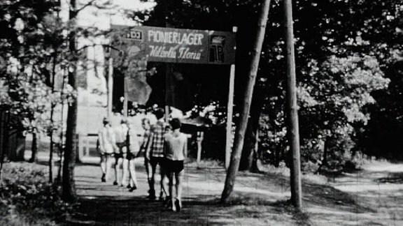 Alte Schwarzweißaufnahme: Pionierlager