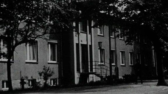 Alte Schwarzweißaufnahme: Ledigenwohnheim