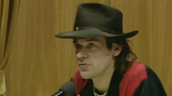 Udo Lindenberg spricht vor seinem Auftritt 1983 in Ost-Berlin auch vor der Presse.