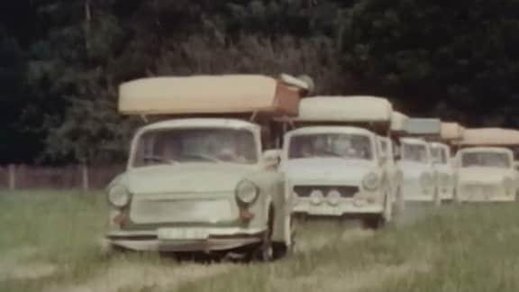 Der Erfinder des Autodachzeltes, Gerhard Müller, und viele begeisterte Camper zeigen, wie Zelten auf einem Trabi-Dach funktioniert.