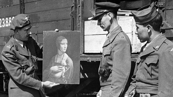 """Ein polnischer Major verpackt Anfang Mai 1946 auf einem Bahnhof das Gemälde """"Dame mit Hermelin"""" (Cecilia Gallerani) von Leonardo da Vinci für den Rücktransport nach Polen."""