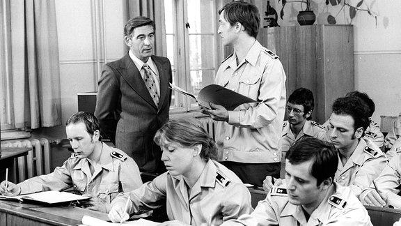 """Szene aus dem Polizeiruf 110 """"Ein ungewöhnlicher Auftrag"""" aus dem Jahr 1976 mit Oberleutnant Hübner (Jürgen Frohriep)"""