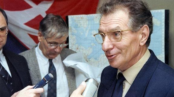 """Dr. Klaus Henkes, ehemals Generaldirektor der """"Interflug, wird interviewt (Archivfoto 1990)"""