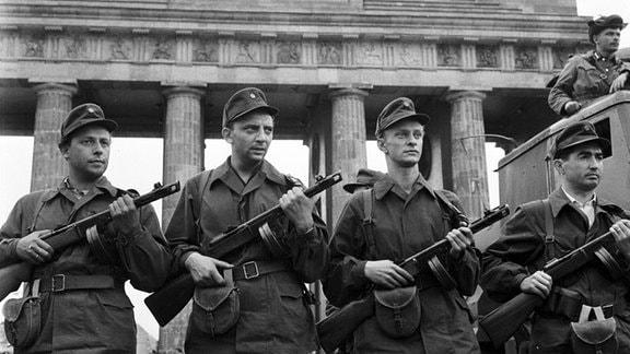 DDR-Grenzsoldaten vor dem Brandenburger Tor