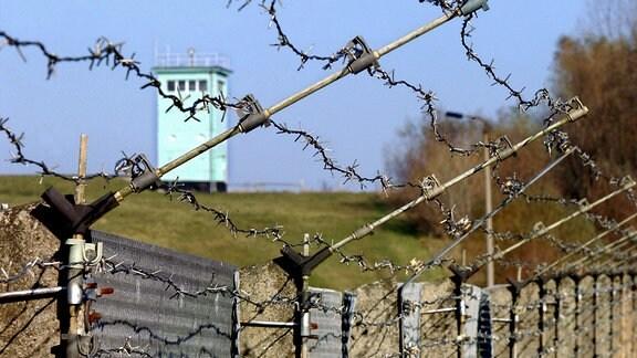 Ehemalige Grenzanlagen aus Stacheldraht und ein Wachturm, 2002