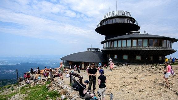 Besucher auf der Spitze der Schneekoppe, dem mit 1602 Meter höchsten Gipfel des Riesengebirges.