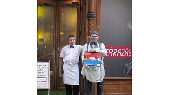 Budapest - Kellner vor einem Restaurant