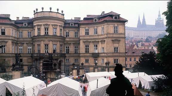 Auf dem Gelände der bundesdeutschen Botschaft in Prag ist ein Zeltlager für DDR-Bürger aufgebaut