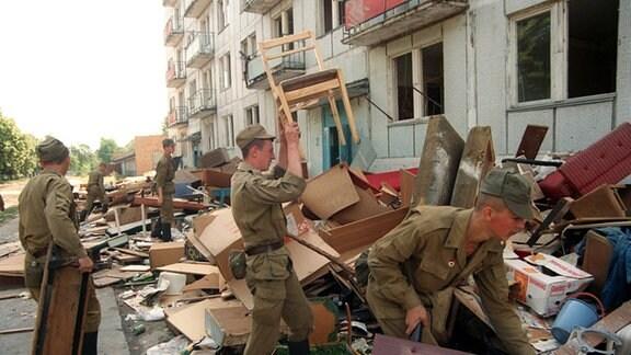 Russische Soldaten räumen Quartiere
