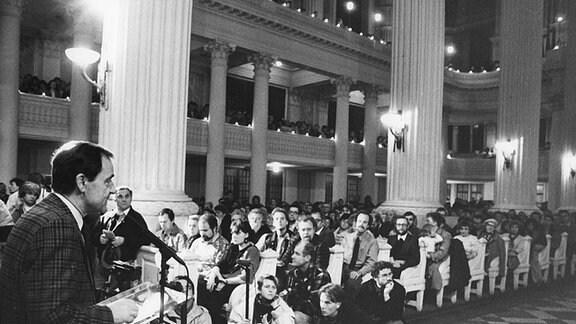 DDR - Friedensgebet in Nikolaikirche Friedensgottesdienst am 18.12.1989 in der Nikolaikirche in Leipzig mit Superintendent Friedrich Magirius. Die regelmäßigen Friedensgebete waren eine Vorstufe der ab Herbst 1989 in Leipzig stattgefundenen Montagsdemonstration und ein Meilenstein bei der friedlichen Revolution Ende der 1980er Jahre in der DDR.