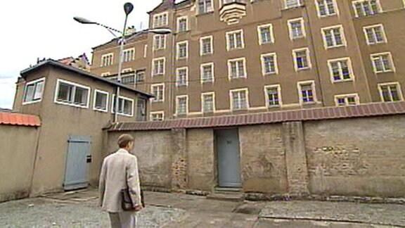 Bernd Müller vor dem Stasi-Gefängnis in Bautzen