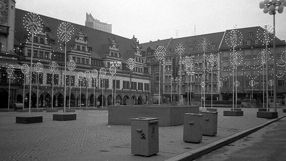 Leipziger Markt vor dem Alten Rathaus mit Weihnachtslichtern geschmückt in den 80-er Jahren in Leipzig.