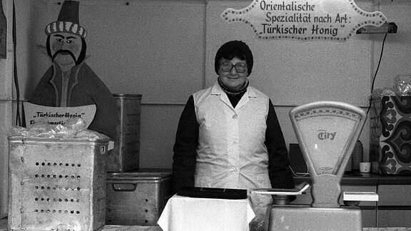 """Frau verkauft in einer Imbissbude """"Türkischen Honig"""" in den 80-er Jahren auf dem Leipziger Weihnachtsmarkt"""""""
