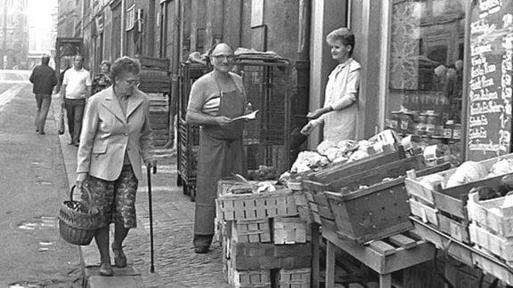 Vor einem Gemüseladen - Kisten mit verschiedenen Gemüsesorten, z.B. Blumenkohl.