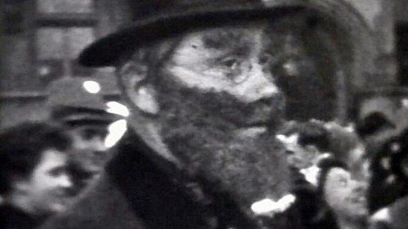 Maskierter Besucher des Karnevalfestumzuges Köthen 1954