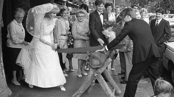 Schwarz-Weiß-Aufnahme einer Hochzeit in der DDR
