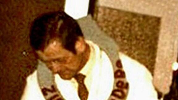 """Siegfried Arnold 1985 beim Verlesen der Büttenrede """"Der Zirkus DeDeRe"""""""