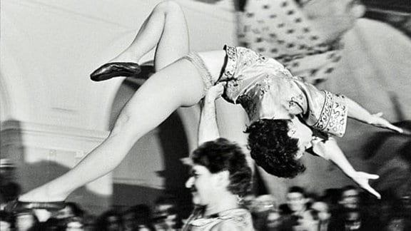 Schwarz-Weiß-Aufnahme vom Studentenfasching in Leipzig Mitte der 1980er-Jahre