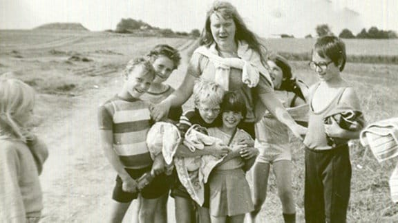 lachende Kinder mit ihrer Erzieherin