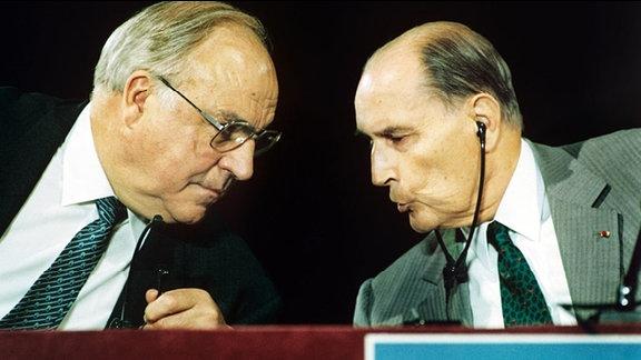 Der deutsche Bundeskanzler Helmut Kohl (l) und der französische Präsident Francois Mitterrand (r) sind am 1. Juni 1993 in der französischen Stadt Beaune in ein Gespräch vertieft.