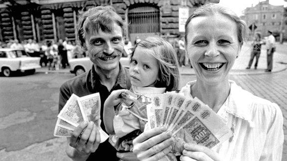 Diese Dresdner Familie tauschte am 01.07.1990 in einer Sparkasse in Dresden Ostmark gegen 2000 D-Mark.