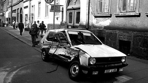 Verbeultes Westauto in Leipziger Innenstadt 1990/91