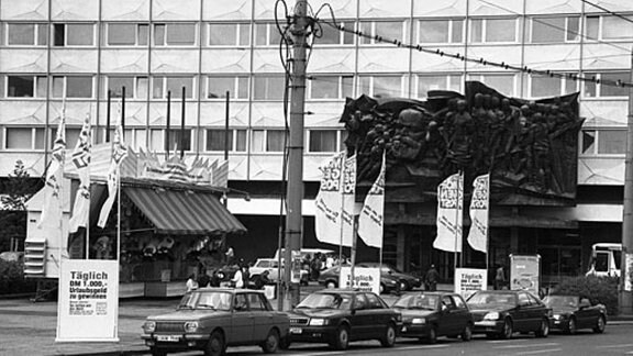 Ost- in einer Reihe mit Westautos in der Leipziger Innenstadt 1990/91