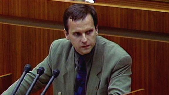 Günther Krause steht vor dem Rednerpult