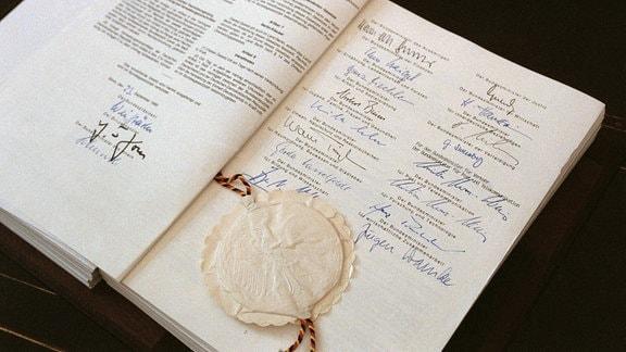 Das unterzeichnete Vertragswerk zur deutsche Einheit, 1990