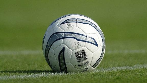 ein Fußball auf dem Spielfeld