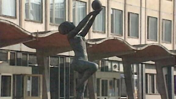Skulptur vor der DHfK