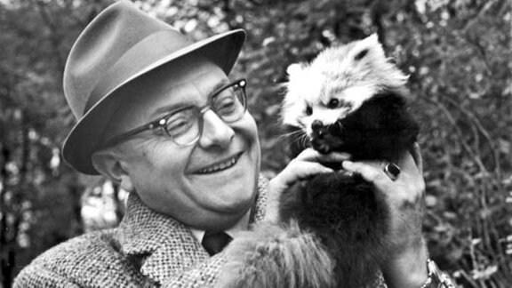 Tierparkdirektor Heinrich Dathe mit einem Katzenbär