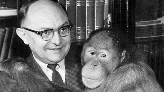 Tierparkdirektor Heinrich Dathe mit einem Orang Utan