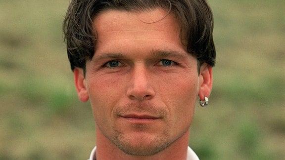 Mittelfeldspieler Dariusz Wosz von Hertha BSC Berlin gehört zum 22er Aufgebot des Deutschen Fußball-Bundes für die Fußball-Europameisterschaft vom 10.6. bis 2.7. in Belgien und den Niederlanden. Der 30-jährige bestritt bisher 14 DFB-Länderspiele und sieben für die DDR (Stand 26.05.2000), aufgenommen am 25.05.2000.