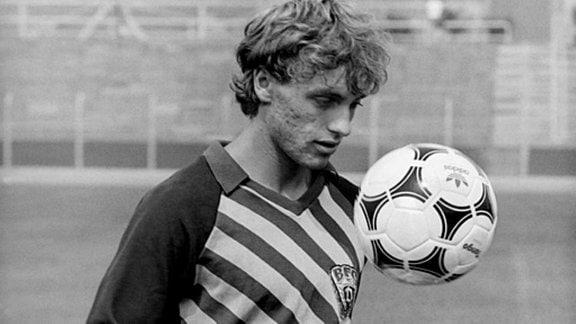 Der Fussball-Auswahlspieler Thomas Doll vom FC Berlin in Ost-Berlin jongliert während eines Trainings mit dem Ball. (Undatierte Aufnahme). Er wechselte nach der Saison 1989/1990 zum Hamburger SV.