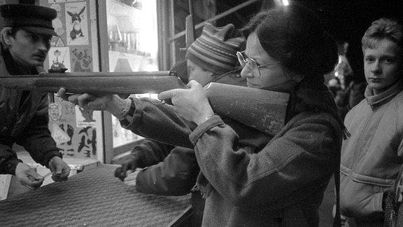 Eine Frau an der Schießbude.