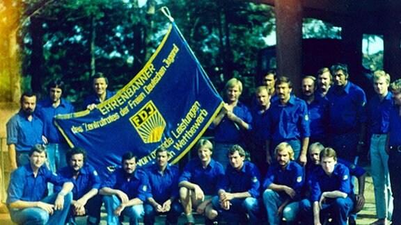 Große Gruppe von Männern mit FDJ-Banner