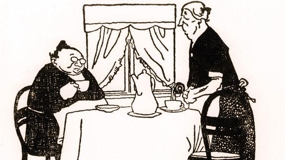 Zwei alte Frauen trinken zusammen Tee oder Kaffee.