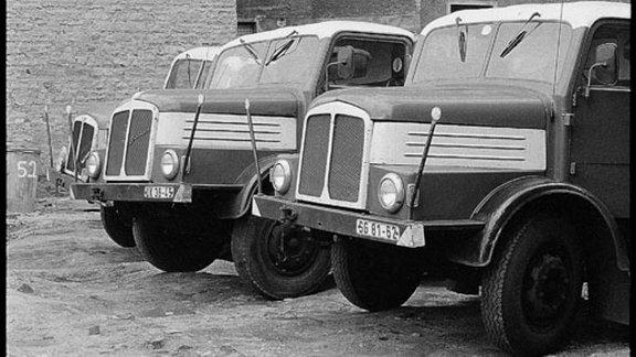 Größere Fahrzeuge stehen im Hinterhof.