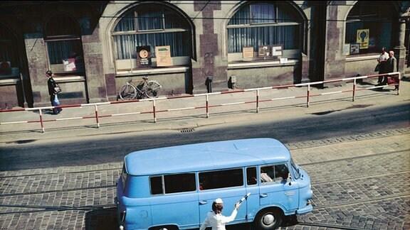 Volkspolizistin auf einer Kreuzung.