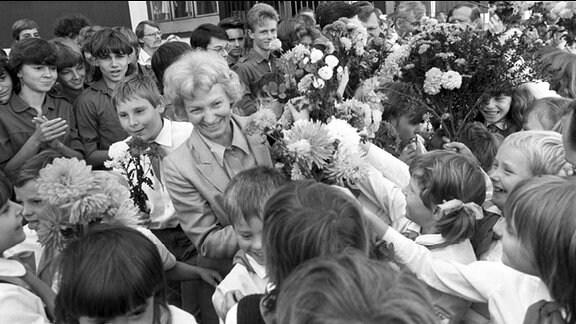 Die Ministerin für Volksbildung der DDR, Margot Honecker, wird an der Ostrowski-Oberschule Karl-Marx-Stadt (heute Chemnitz) empfangen, aufgenommen im September 1986.