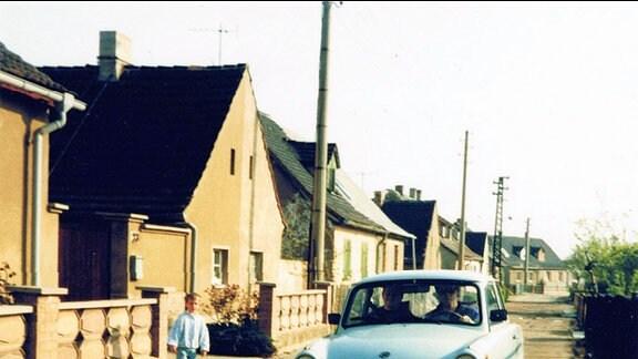 Trabant, Baujahr 1968, auf einer typischen DDR-Straße im April 1990