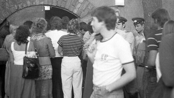 Schlangestehen vor der stets überfüllten mb: Nur wenn jemand den Studentenclub verließ, durfte ein neuer Gast hinein (1987)