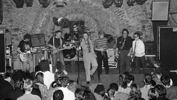 """Eine Jazzrockband spielt in der """"Veranstaltungstonne"""" der """"mb""""."""