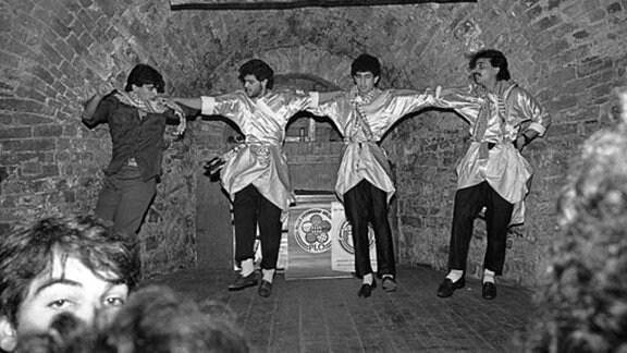 """Auftritt eines Folkloreensembles der PLO (Palästinensische Befreiungsorganisation) in der """"mb"""" Mitte der achtziger Jahre."""