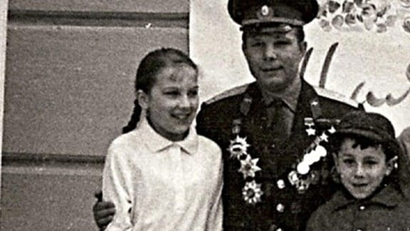 Gagarin mit einem Mädchen und einem Jungen