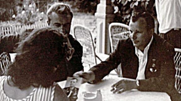 Gagarin während einer Autogrammenstunde mit Zigarette!