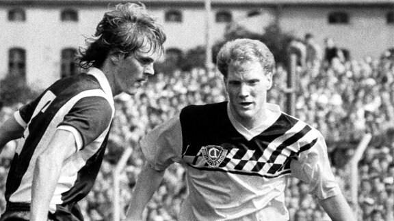 Der Dresdner Mittelfeldspieler Matthias Sammer (r) im Zweikampf mit dem Bischofswerdaer Mittelfeldakteur Jörg Bär (1989)