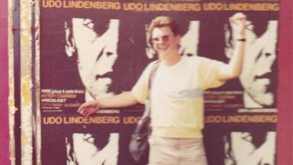 Thomas Franke vor einer Plakatwand in Budapest