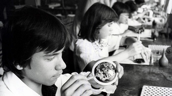 Lehrlinge bei der Berufsausbildung im Uhrenwerk Glashütte (1979).